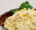 Бъркани яйца със сирене